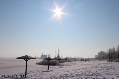 pegelturm_winter-02-2012-strand-blick-auf-schloss-400